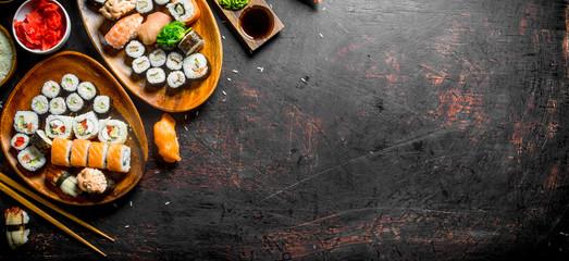 Różne rodzaje sushi, bułki i Maki na talerzach.