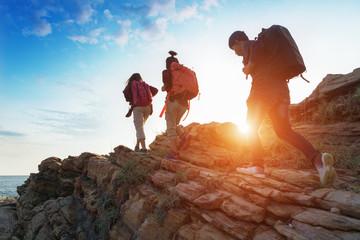 Młoda azjatykcia para wspinaczkowa up na górze, wycieczkujący i drużynowy pracy pojęcie.