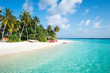Letnie wakacje na tropikalnej wyspie z piękną plażą i palmami