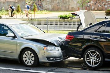 wypadek samochodowy na ulicy. uszkodzone samochody