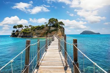 Drewniany chodnik prowadzi na małą wyspę Agios Sostis w pobliżu Zakynthos, Morze Jońskie, Grecja