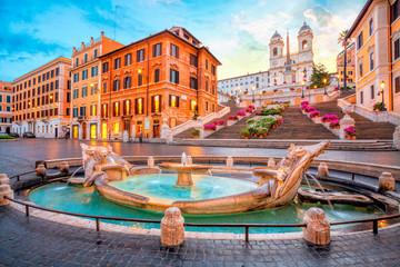 Piazza di Spagna w Rzymie, Włochy. Hiszpańskie kroki rano. Architektura i punkt orientacyjny Rzymu.