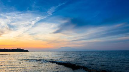 Zmierzchu widok Cephalonia wyspa (Kefalonia) widoczna od brzeg wyspy Zakynthos.