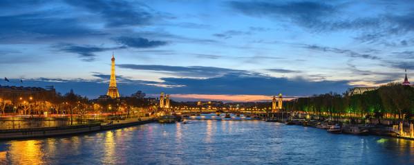 Paryż Francja panorama miasta panoramę nocy nad Sekwaną z mostem Pont Alexandre III i Wieżą Eiffla