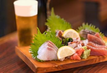 Różne sashimi i piwo