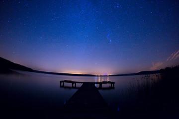 Droga mleczna gwiazdy astrofotografia jezioro kładka wszechświat kosmos