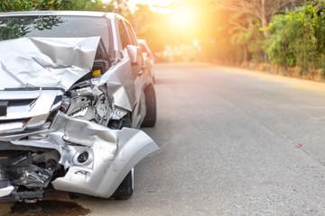 Przód jasnoszarego samochodu z pick-upem ma duże uszkodzone i zepsute przez przypadek na drodze w godzinach porannych, nie może już dłużej prowadzić parku dla czekającego policjanta. Z miejsca na kopię tekstu lub projektu