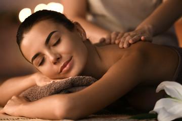Piękna młoda kobieta odbiera masaż w salonie spa