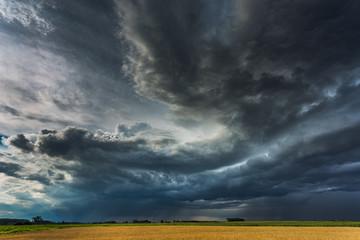Burzowe chmury z chmurą półki i intensywnym deszczem