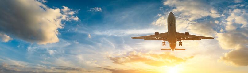 Samolot na niebie przy wschodem słońca