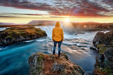 Obsługuje pozycję zadziwiającą Godafoss siklawą w Iceland podczas zmierzchu, Europa