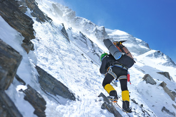 Climber dociera na szczyt Everestu w Nepalu