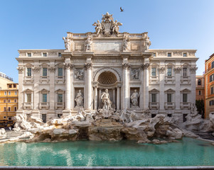 Fontanna di Trevi (Fontana di Trevi) wczesnym rankiem, słynna fontanna w dzielnicy Trevi w Rzymie - Włochy.
