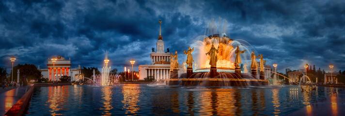 Późnym wieczorem słynna Moskiewska Fontanna Przyjaźni Narodów