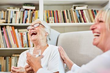 Altenpflegerin und Senior Frau lachen zusammen