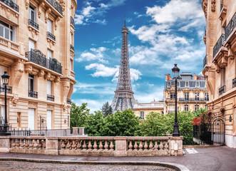 Mała Paryska ulica z widokiem na sławną wieżę eifla w Paryż, Francja.