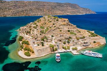 Widok z lotu ptaka drone ruiny starożytnej weneckiej fortecy na wyspie Spinalonga na greckiej wyspie Krecie