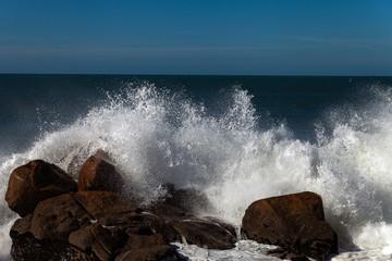 Bryzgający atlantycką ocean fala przy Portugalia wybrzeżem.