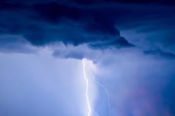 błyskawice i piorun uderzają śmiało w letnią burzę