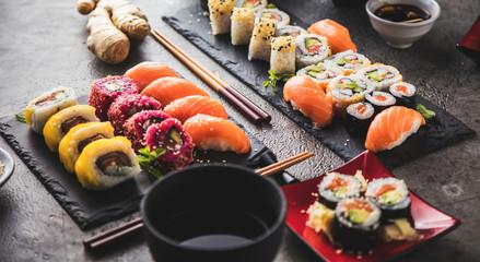 Zestaw sushi z sashimi i rolkami sushi podawany na kamiennym łupku