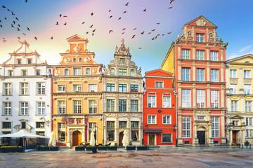 Kamienne płaskorzeźby na ścianach Gdańska