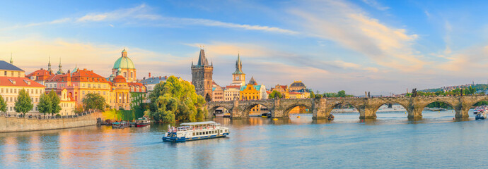Słynny ikoniczny obraz mostu Karola i panoramę Praguecity