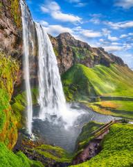 Fantastyczna siklawa Seljalandsfoss w Islandii w słoneczny dzień.