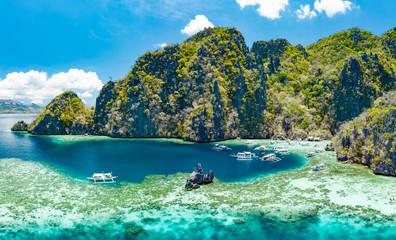 Widok z lotu ptaka piękne laguny i wapienne falezy Coron, Palawan, Filipiny