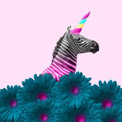 Marzy o byciu lepszym. Alternatywna zebra jak jednorożec w niebieskich kwiatach na różowym tle. Negatywna przestrzeń. Nowoczesny design. Sztuka współczesna. Kreatywny koncepcyjny i kolorowy kolaż.