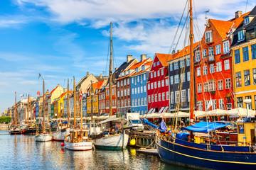 Kultowy widok w Kopenhadze. Sławny stary Nyhavn port w centrum Kopenhaga, Dani podczas lato słonecznego dnia