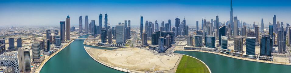 Widok z lotu ptaka panorama na centrum Dubaju, ZEA, w letni dzień.