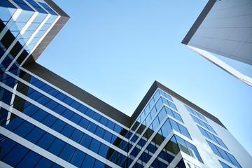 nowoczesny budynek biurowy z błękitne niebo i chmury