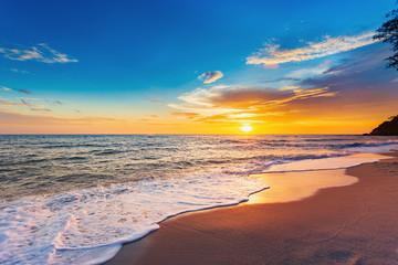 Piękny Krajobrazowy oceanu lata zmierzchu Naturalny tło