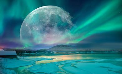 Zorza polarna (Aurora borealis) na niebie z super pełnią księżyca - Tromso, Norwegia Elementy tego zdjęcia dostarczone przez NASA