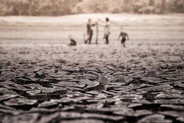Zmiany klimatu i susza, część ogromnego obszaru suszu, cierpiącego z powodu suszy - w szczelinach