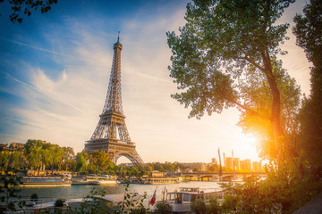 Zmierzchu widok wieża eifla i wonton rzeka w Paryż, Francja. Architektura i zabytki Paryża. Pocztówka z Paryża