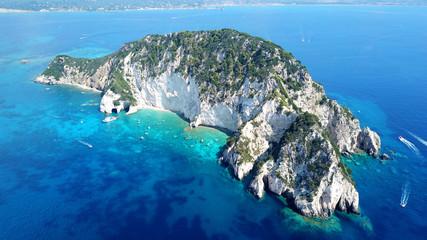 Zdjęcie lotnicze dronów słynnych białych jaskiń na małej wyspie Marathonisi i pięknym turkusowym pejzażu morskim, wyspa Zakynthos, Jońskie, Grecja