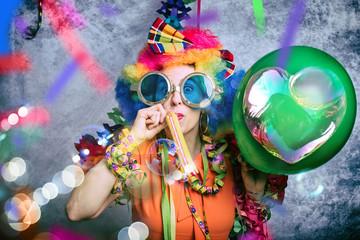 Junge Frau mit bunter Perrücke und Afro und Brille