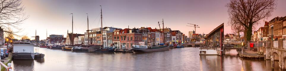 Pejzaż miejski, panorama, sztandar - widok kanał miasta ze statkami, miasto Leiden, Holandia.