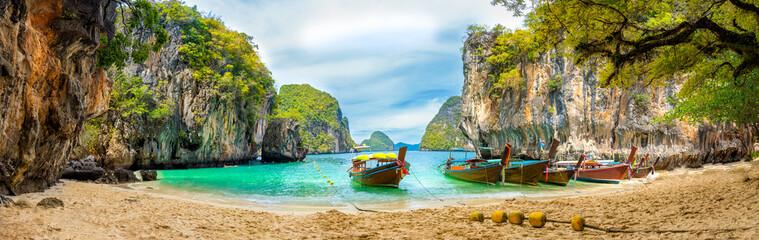 Błękitne wody przy Lao Lading wyspą, Krabi prowincja, Tajlandia