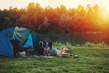 młoda para relaks nad rzeką. camping na zewnątrz