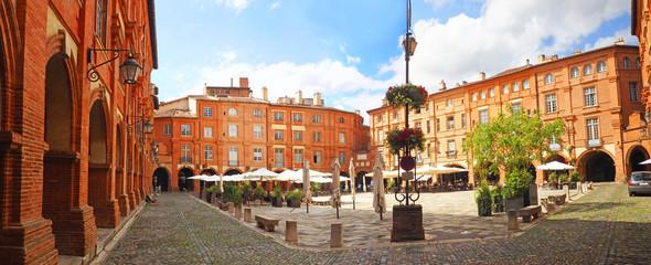 Place Nationale to miejsce położone w mieście Montauban we Francji. Odbudowany w XVII wieku po dwóch pożarach, jest sercem miasta