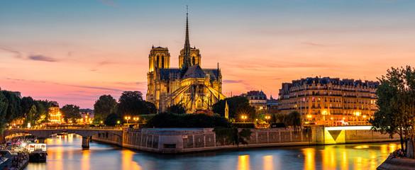 Notre Dame de Paris katedra przy zmierzchem, Francja. Notre Dame de Paris, najpiękniejsza katedra w Paryżu. Malowniczy zachód słońca nad katedrą Notre Dame de Paris, zniszczoną w pożarze w 2019 r., Paryż.
