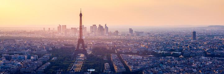 Panorama lotnicza w wysokiej rozdzielczości z Paryża we Francji z katedry Notre Dame przed niszczycielskim pożarem 15.04.2019. Sekwana. Widok z lotu ptaka Paryża o zachodzie słońca. Paryż, Francja.