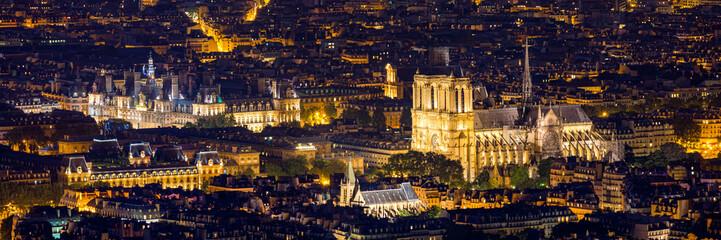 Katedra Notre Dame de Paris, Francja. Katedra Notre Dame de Paris, najpiękniejsza katedra w Paryżu. Malowniczy zachód słońca nad katedrą Notre Dame de Paris, zniszczoną w pożarze w 2019 r., Paryż.