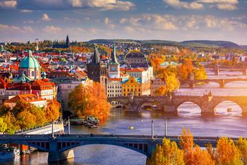Jesień widok Charles most na Vltava rzece w Praga, republika czech. Jesienny widok na Most Karola, Stare Miasto w Pradze i Wełtawę z popularnego punktu widokowego w parku Letna (Letenske sady).