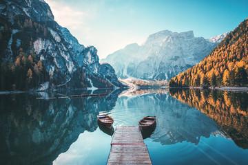 Łodzie na Braies jeziorze w dolomit górach, Sudtirol, Włochy (Pragser Wildsee)