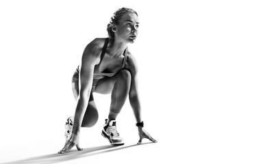Tło sportowe. Biegacz na starcie. Obraz czarno-biały na białym tle.