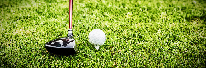 Męski instruktor pomaga kobiety w uczenie się golfa