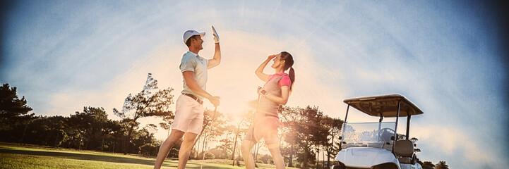 Pełna długość pary golfistów daje piątkę